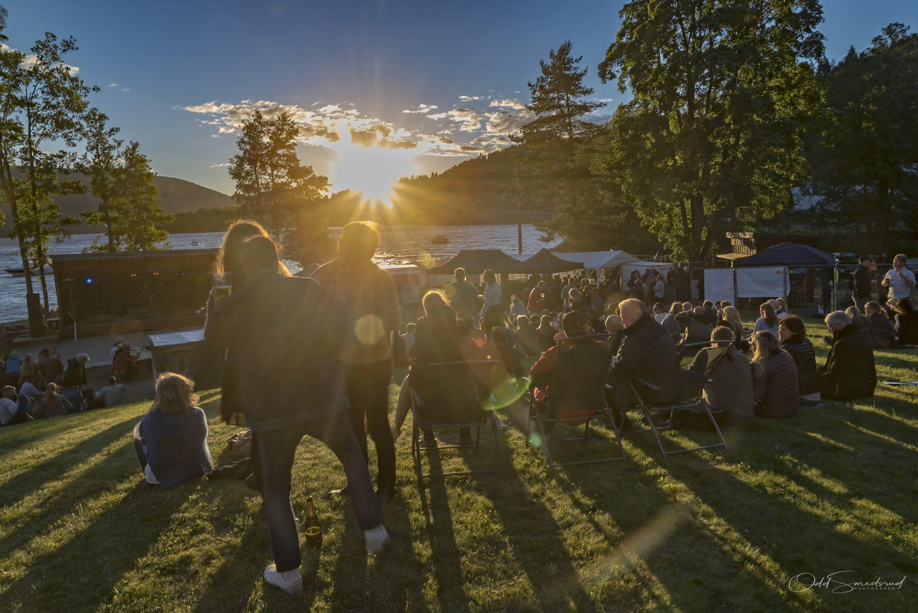 Solnedgang på Eidsfoss Musikkfestival høy